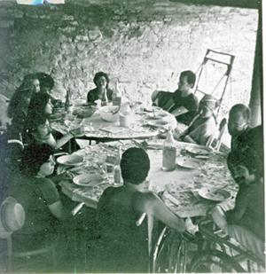 Stavolta lui non c'è, (ma è un caso) intorno al grande tavolo dove vengono selezionate le pelli di risulta. Ci sono: al centro, M. Assunta Marini; a destra il volontario Mario di Montecarotto, M. Teresa Colombaro, Paolo Concer, Antonio Scalas; di spalle, Silvana Panza; a sinistra Rosa Catapano, Giuliano Pardini (che pure non muove nemmeno in muscolo), Isabella Tancini, Clara Fazi; s'intravvede la chioma lussureggiante del più generoso di tutti i volontari, Ercole Posa.