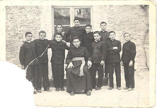 Ottobre 1951, ben 11 adolescenti provenienti da Scheggia sono in Seminario, e tutti frequentano la scuola media interna, tranne il più grandicello, Menotti Stafficci, che frequenta il IV ginnasio (IV e V ginnasio: così si chiamavano allora i primi due anni di liceo, che durava non 5, ma 3 anni). Sono (prima fila, da sinistra a destra): Umberto Fanucci: II media, poi professore di scuola media superiore, morto giovane di nefrite; Angelo Giovanelli, II media, poi Dirigente di Uffici Statali; Angelo Fanucci, terza media: alla sinistra di Menotti: Uberto Bellucci, III media, poi Impiegato in una ditta privata a Roma; Giuseppe Lisandrelli, III media, poi geometra in forza ad una grossa ditta edilizia di Roma; Silvano Rosi, III media, poi avvocato a Milano; in seconda fila: Umberto Parruccini, poi impiegato in un ufficio postale della Lombardia, ucciso durante un tentativo di rapina; Giuliano Braccini, III meda, morto di nefrite a 17/18 anni; Giorgio Coldagelli, III media, poi perito agrario in forza alla tenuta agraria dell'Università di Perugia, a Casalina; Ubaldo Bertinelli, poi prete, viceparroco a Umbertide e Parroco a Scheggia. Ubaldo Angeloni non c'è, perché è al Seminario Regionale di Assisi.