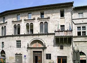 Chi glielo avrebbe detto, a don Angelo, quando aprì la Comunità di S. Girolamo, che proprio questo edificio, il Tribunale di Perugia, sarebbe stato un punto fisso di riferimento dei suoi pensieri, per ben sette anni!?